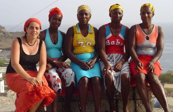 Foto: Luzia Oca com um grupo de mulheres cabo-verdianas